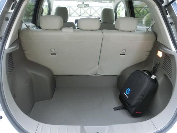 日産・リーフ_ラゲッジルーム_2013年8月_-_Nissan_Leaf_Luggage_area.jpeg
